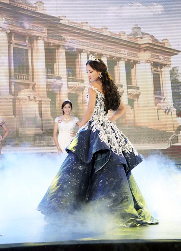 Á khôi 2 – cô giáo tương lai Hoàng Thị Thu Hồng khoe sắc đẹp trưởng thành trong trang phục dạ hội