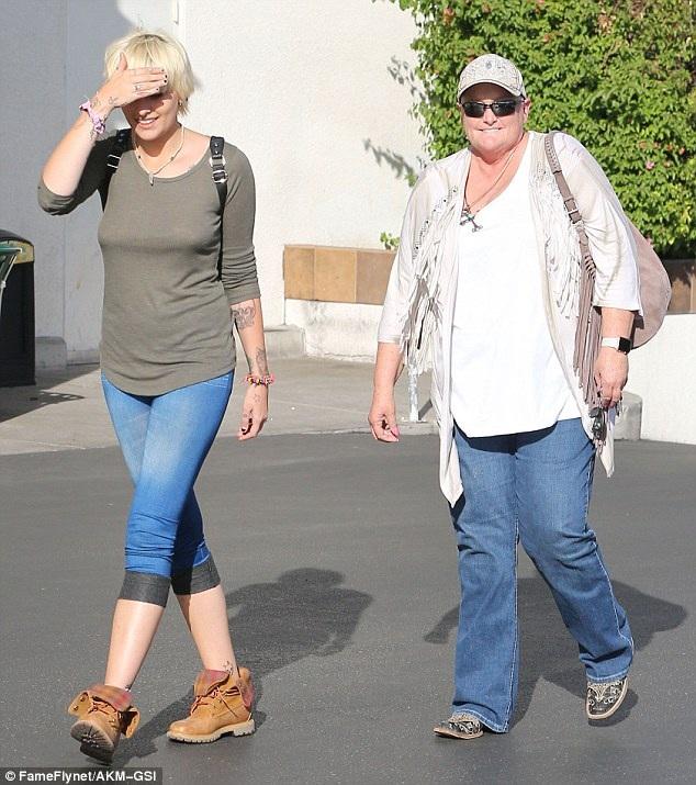 Paris Jackson đi ăn trưa cùng mẹ Debbie Rowe tại 1 nhà hàng ở Los Angeles ngày 8/10 vừa qua