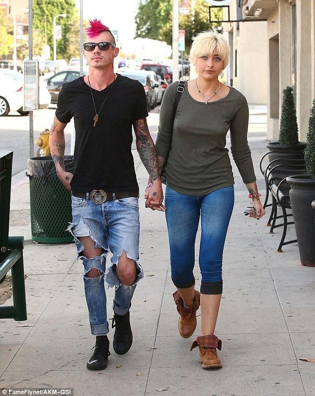 Paris Jackson bên bạn trai mới Michael Snoddy. Cô đã hồi phục sau thời gian dài mắc bệnh về tâm lý và tự tử hụt