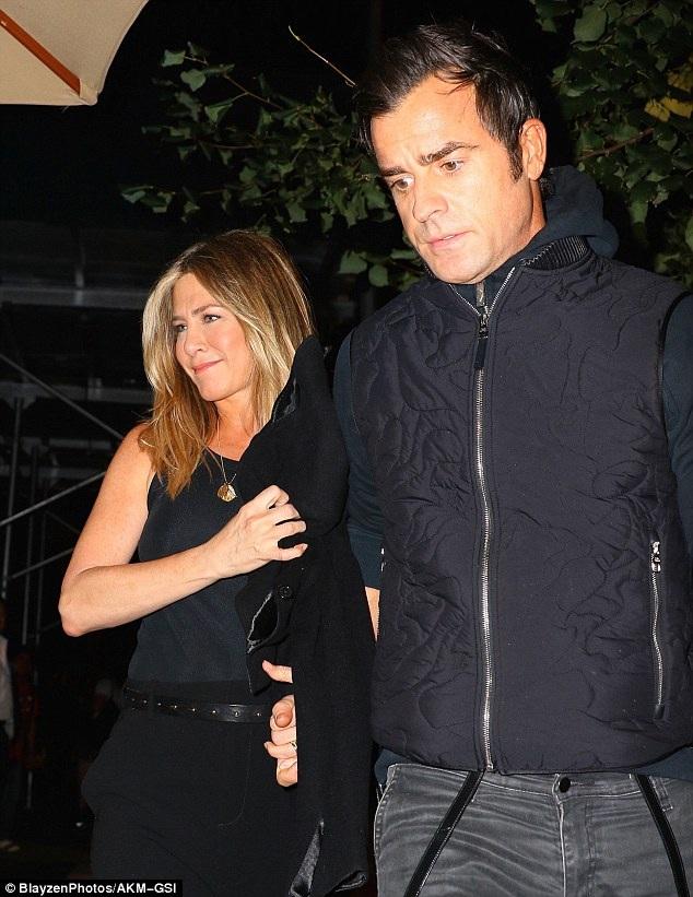 Jennifer Aniston và chồng Justin Theroux đi ăn tối tại New York ngày 24/9 vừa qua
