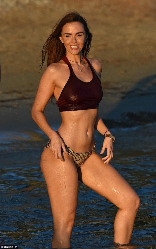 Jennifer Metcalfe khoe đường cong bốc lửa trên bãi biển ở Ibiza, Tây Ban Nha ngày 9/10 vừa qua