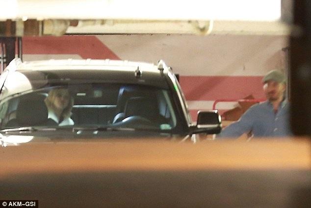 Jennifer Lawrence, 26 tuổi và bạn trai tin đồn Darren Aronofsky, 47 tuổi cùng rời đi sau bữa tối bên bạn bè tại Los Angeles ngày 25/10