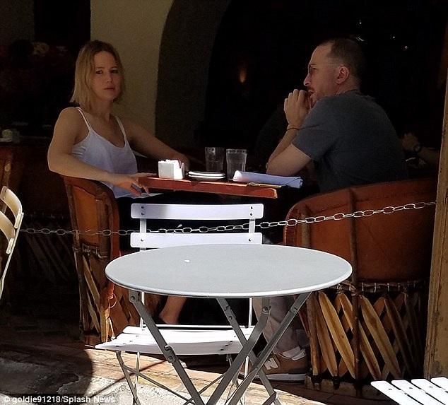 Jennifer cảm thấy thư thái khi hẹn hò với Darren vì bạn trai mới không phải tâm điểm thu hút sự chú ý của giới truyền thông