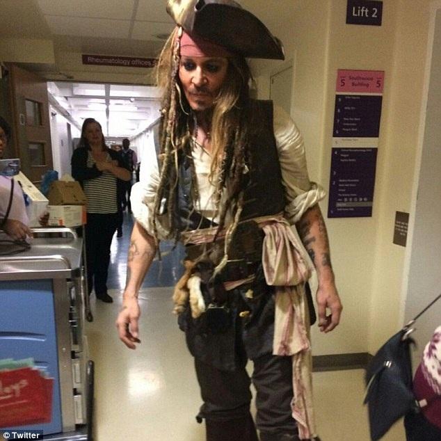 """Johnny Depp hóa thành """"cướp biển"""" tới thăm bệnh nhi tại Anh"""