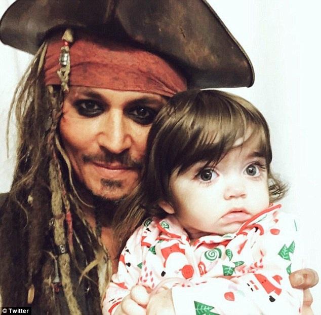 """Johnny Depp bất ngờ hóa """"cướp biển"""" tới thăm bệnh nhi - 2"""