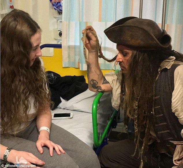 """Johnny Depp bất ngờ hóa """"cướp biển"""" tới thăm bệnh nhi - 3"""