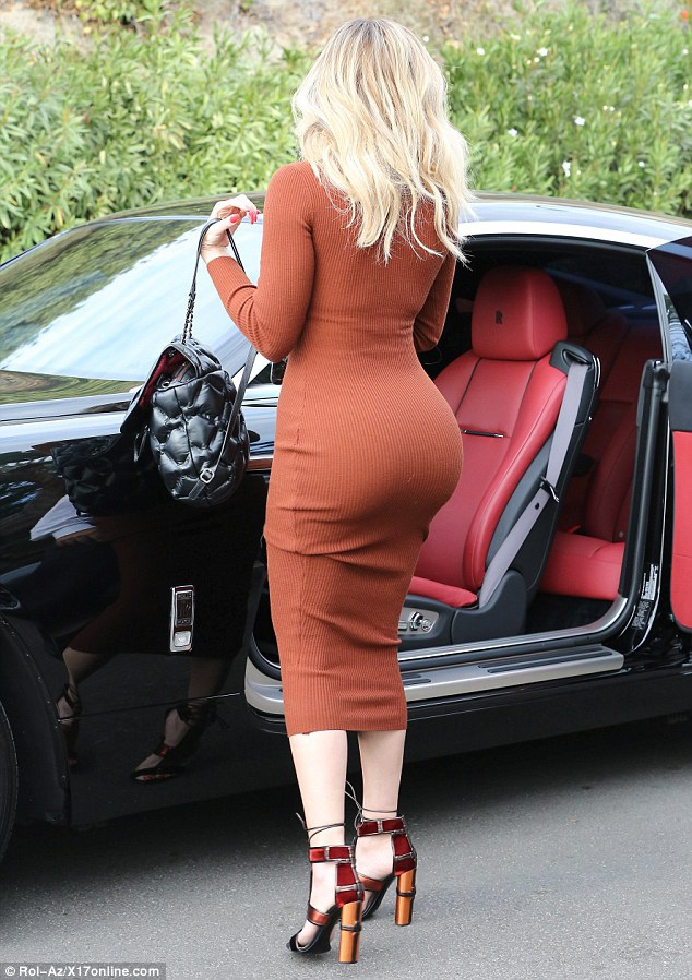 Người đẹp 32 tuổi khoe thân hình sexy trong chiếc váy bó sát