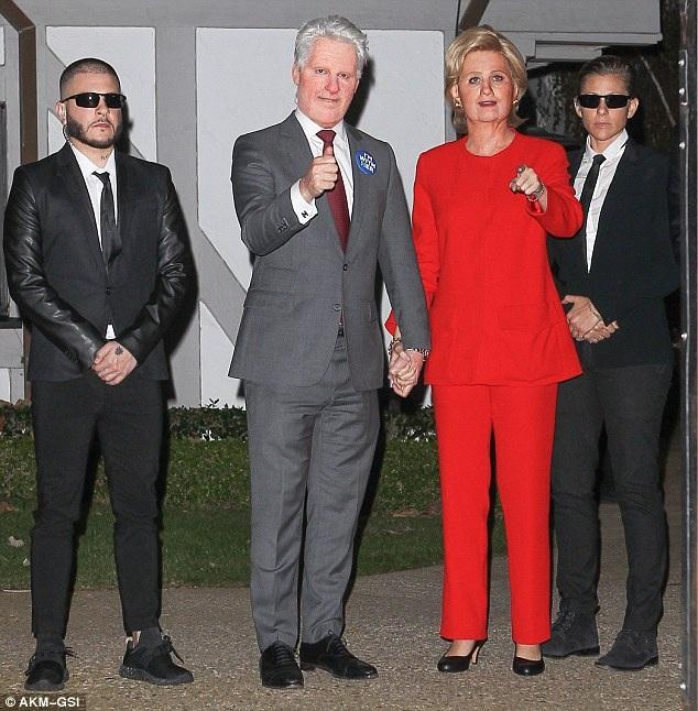 Không thể nhận ra Katy khi cô chọn trang phục đỏ sánh bên bạn thân, người hóa trang thành cựu Tổng thống Bill Clinton