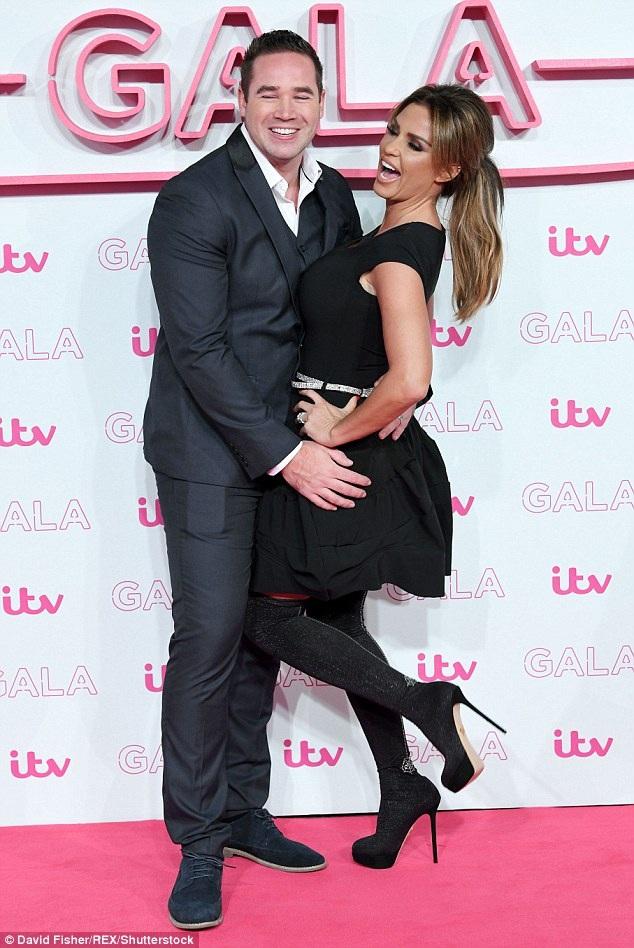 Katie Price và chồng trẻ Keiran Hayler dự một sự kiện tại London, Anh quốc ngày 24/11 vừa qua