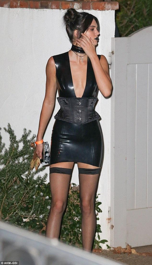 Siêu mẫu 21 tuổi khoe chân thon dài sexy