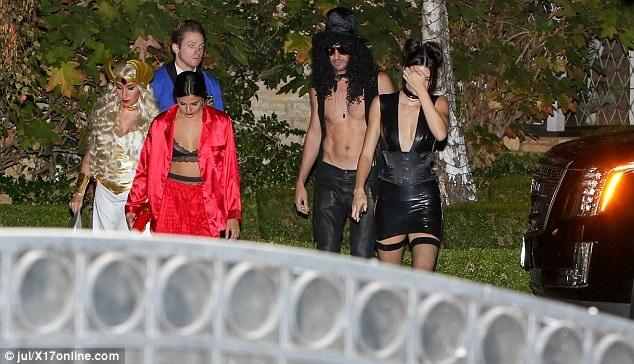 Kendall Jenner bên các bạn bè