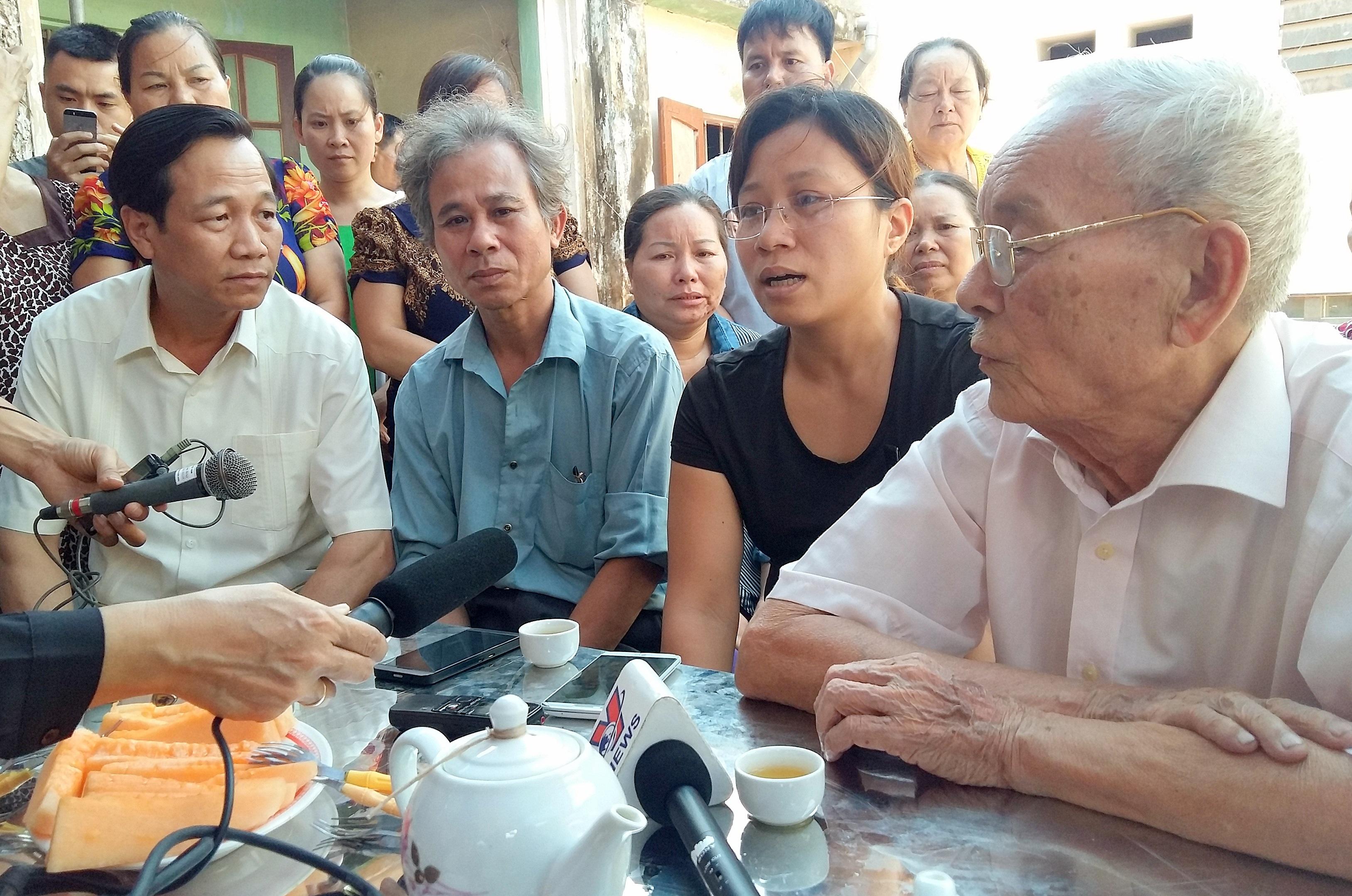 Bố đẻ và vợ phi công Trần Quang Khải (lần lượt từ phải sang trái) tiếp với đoàn công tác Bộ LĐ-TB&XH.