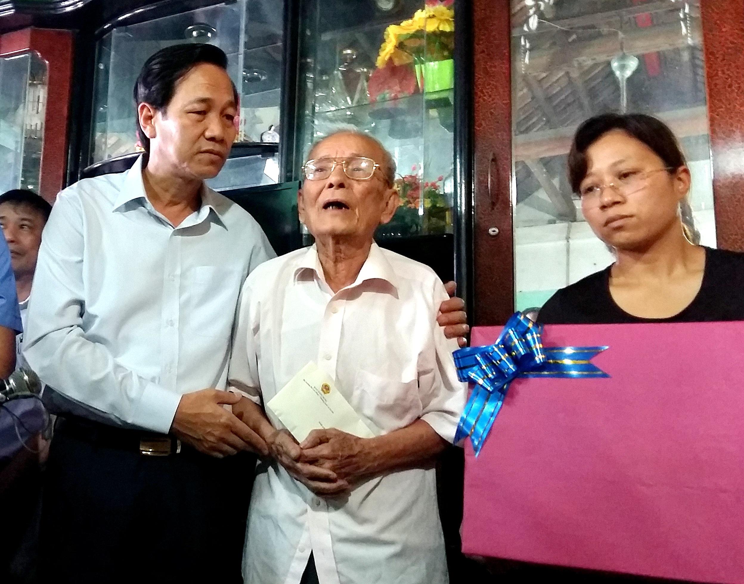 Bộ trưởng Đào Ngọc Dung (ngoài cùng, bên trái) chia buồn cùng gia đình phi công Trần Quang Khải.