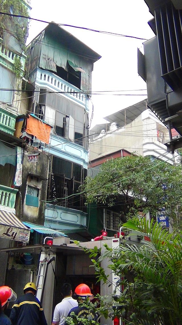 Tầng 4 chứa phụ tùng ô tô của ngôi nhà 4 tầng bị cháy.