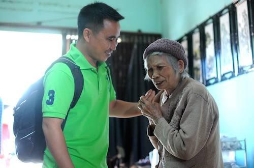 Cụ Đàm Thị Lích xúc động cảm ơn PV Trung Kiên sau hành trình gian truân xin cấp sổ đỏ cho mảnh đất tại huyện Đức Trọng.