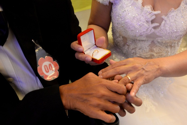 Các cặp đôi đều được tặng hình cưới và một cặp nhẫn cưới trong ngày cưới tập thể. Giây phút trao nhẫn cưới là lúc họ chính thức trở thành vợ chồng về mặt thủ tục dù trước đó đã sống chung với nhau nhiều năm.