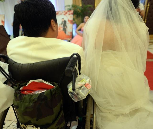 Dù là ngày cưới nhưng cặp đôi anh Qúy - chị Anh cũng phải mang theo thuốc bên người để uống vì bệnh. Hai vợ chồng bệnh tật liên miên, tôi bị viêm phổi nặng nên lúc nào cũng phải mang theo thuốc để uống, chị Anh chia sẻ.