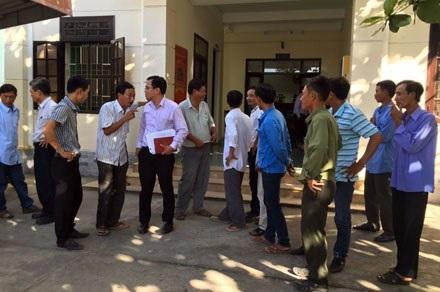 Đại diện LĐLĐ TP. Đà Nẵng trao đổi với 15 công nhân trước giờ tham gia vụ kiện đòi quyền lợi BHXH cho NLĐ tại Toà án quận Cẩm Lệ (TP. Đà Nẵng).