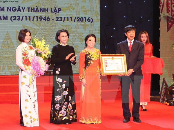 Chủ tịch Quốc hội Nguyễn Thị Kim Ngân trao Huân chương Lao động hạng Nhì cho Hội chữ thập đỏ (Ảnh: TTXVN)
