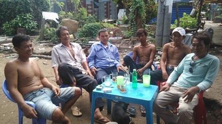 ông Lâm Văn Thanh (bìa trái) cùng thành viên trong đội.Ảnh: Hòa Hội