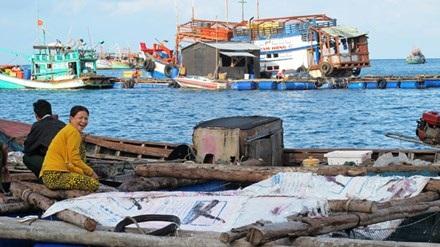 Làng cá lồng bè đảo Hòn Chuối.