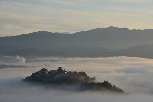 Ước tính khoảng 10 lần trong 1 năm, du khách mới được nhìn thấy tòa lâu đài kỳ bí, như thể chỉ có trong truyện cổ tích này.