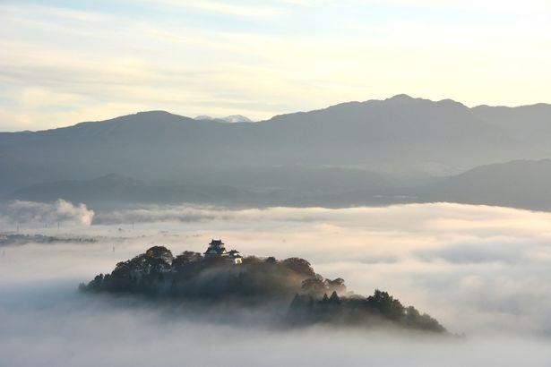 Tòa lâu đài nằm trên một con đồi nhỏ, nhìn ra thành phố Ono ở Fukui, Nhật Bản.