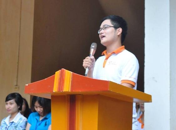 Thủ khoa Nguyễn Chí Long chia sẻ kinh nghiệm học tập tại trường THPT Bắc Lương Sơn (12/9/2015).