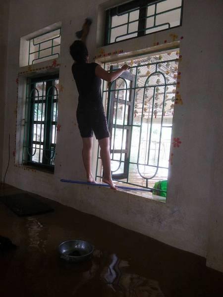 Tâm sự nhói lòng của giáo viên dầm mình dưới nước dọn lũ từ 3h sáng - 3