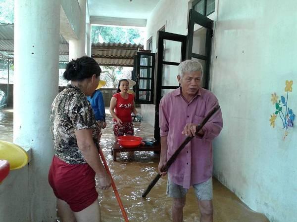 Tâm sự nhói lòng của giáo viên dầm mình dưới nước dọn lũ từ 3h sáng - 4