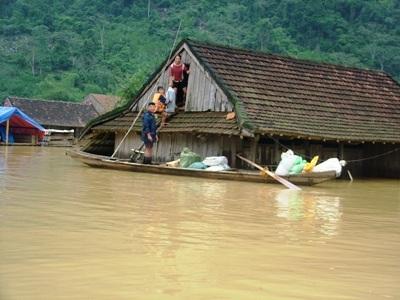 """""""Dự báo chi tiết về mưa lớn, cục bộ vẫn còn là thách thức của khoa học dự báo ở vùng nhiệt đới, đặc biệt là đối với vùng núi có địa hình chia cắt, phức tạp""""- ông Nguyễn Văn Tuệ nói."""