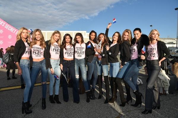 Dàn siêu mẫu của Victorias Secret đáp máy bay từ New York sang Paris ngày 27/11 vừa qua để chuẩn bị cho show diễn lớn nhất trong năm của hãng này