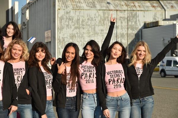 Các cô gái cùng diện trang phục trẻ trung, năng động