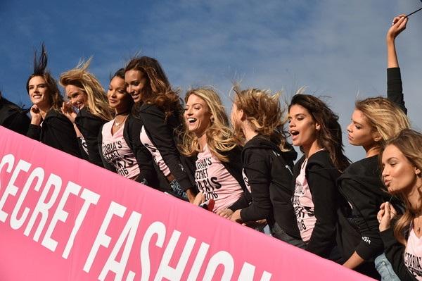 Từ trái qua: Alessandra Ambrosio, Romee Strijd, Lais Ribeiro, Jasmine Tookes, Elsa Hosk, Sara Sampaio, Josephine Skriver và Taylor Hill