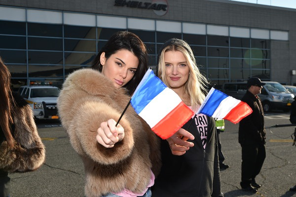 Kendall Jenner - em cô Kim (ngoài cùng bên trái)