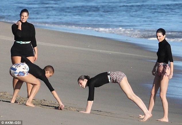 Các cô gái xinh đẹp liên tục tạo dáng và thay đổi phong cách trong buổi chụp hình trên bãi biển mùa đông