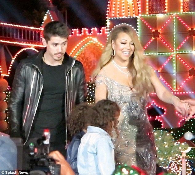 Mariah Carey xuất hiện bên vũ công trẻ Bryan Tanaka trong buổi diễn mừng Giáng sinh tại khu vui chơi Disneyland ở Anaheim, California, Mỹ