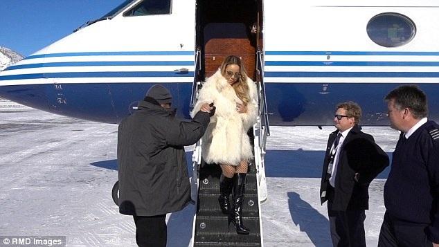 Diva người Mỹ di chuyển bằng máy bay riêng tới ngôi nhà đẹp như cổ tích giữa rừng tuyết ở Aspen để nghỉ Giáng sinh bên bồ trẻ kém 13 tuổi và hai con sinh đôi