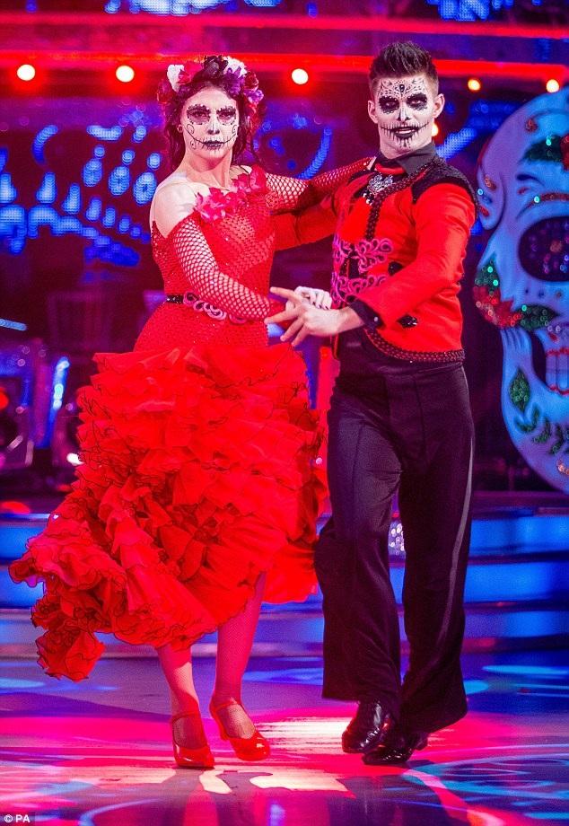 Người mẫu Daisy Lowe và bạn diễn cũng hóa trang khi khiêu vũ trên truyền hình