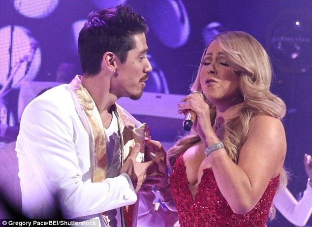 Cặp đôi trông rất tình tứ và ngọt ngào khi cùng biểu diễn trên sân khấu. Ở tuổi 46, Mimi vẫn xinh đẹp, bốc lửa