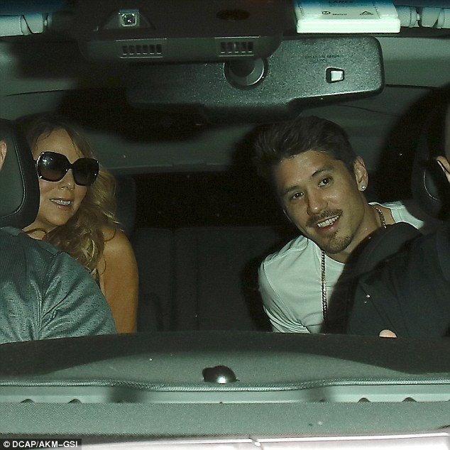 Cặp đôi cùng lên ô tô ra về