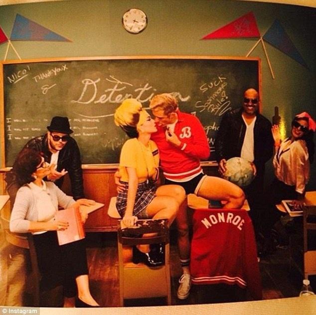 Katy Perry và Orlando Bloom tình tứ khi hóa trang thành cô giáo và học sinh