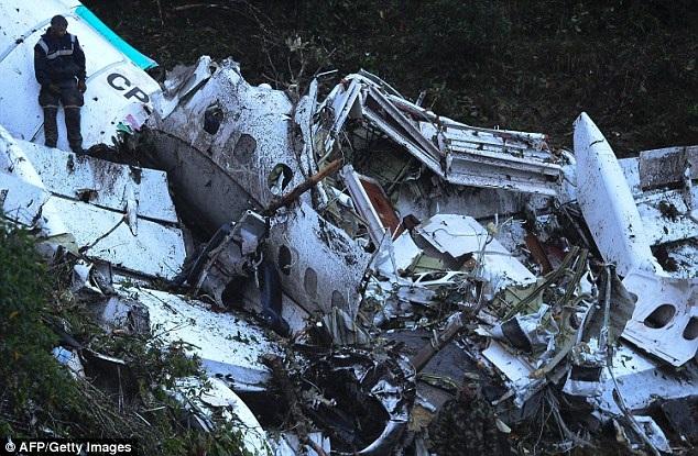 Xác máy bay chở đội bóng Brazil rơi ở vùng núi Colombia. (Ảnh: AFP)