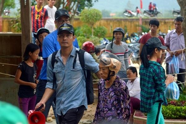 MC Phan Anh cứu trợ đồng bào lũ lụt miền Trung (ảnh: Danviet)