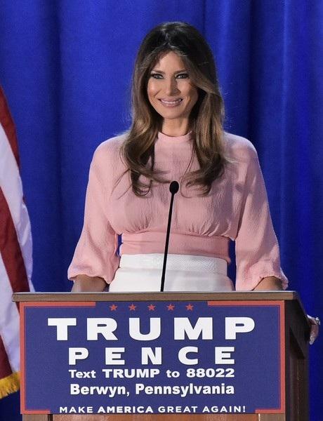 Người mẫu 47 tuổi này ủng hộ chồng tích cực trong chiến dịch tranh cử tổng thống của ông. Hôm 3/11, Melania Trump đã đi vận động tranh cử cho chồng tại Philadelphia với mong muốn thuyết phục các cử tri nữ bỏ phiếu cho chồng mình