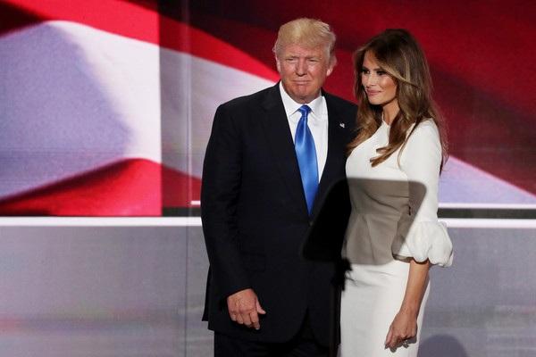 Melania Trump hết lời ca ngợi người chồng tài giỏi, cô khẳng định nếu trở thành tổng thống, chồng cô sẽ đưa nước Mỹ hùng mạnh trở lại. Mỗi khi ông ấy nghe tin một nhà máy nào đó phải đóng cửa, ông ấy rất buồn.