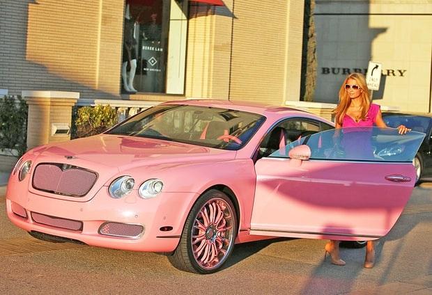 Paris Hilton tự tậu cho mình chiếc xe Bentley màu hồng xinh đẹp giá 200 nghìn đô la Mỹ làm quà giáng sinh 2008. Tôi luôn thích có 1 chiếc xe như của búp bê, tiểu thư tóc vàng chia sẻ.