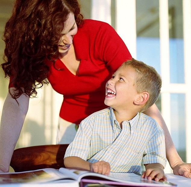 Trẻ được nghe mẹ đọc sách hoặc được hướng dẫn bài tập về nhà ở độ tuổi từ 3 đến 7 thường có khả năng nhận thức tốt hơn và tác động này kéo dài đến tuổi trưởng thành. (Ảnh minh họa: Daily Mail)