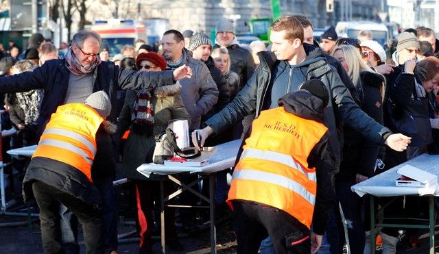 Cảnh sát kiểm tra an ninh tại một chốt kiểm soát gần cổng thành Brandenburg ở Berlin. (Ảnh: Reuters)