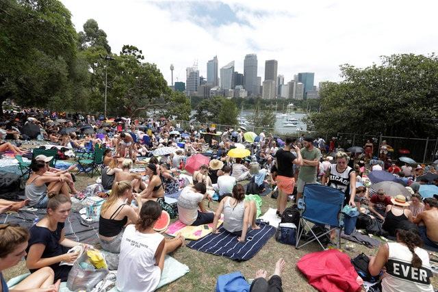 Mọi người tập trung chờ xem bắn pháo hoa mừng năm ở Sydney, Australia ngày 31/12. Australia là một trong những nơi đón năm mới sớm nhất trên thế giới. (Ảnh: Reuters)
